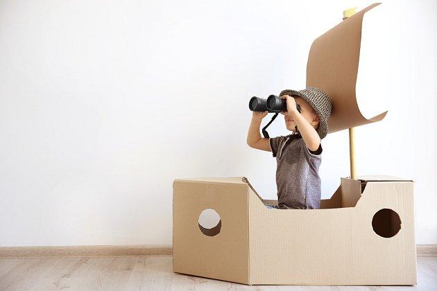 Z kartonových krabic se dají stavět lodě, auta, domečky.