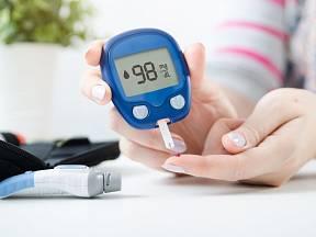 Hladinu krevního cukru lze měřit různými způsoby