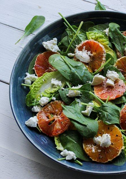 Kombinace salátu a pomeranče s kozím sýrem vás osvěží a dodá tělu vitamíny.