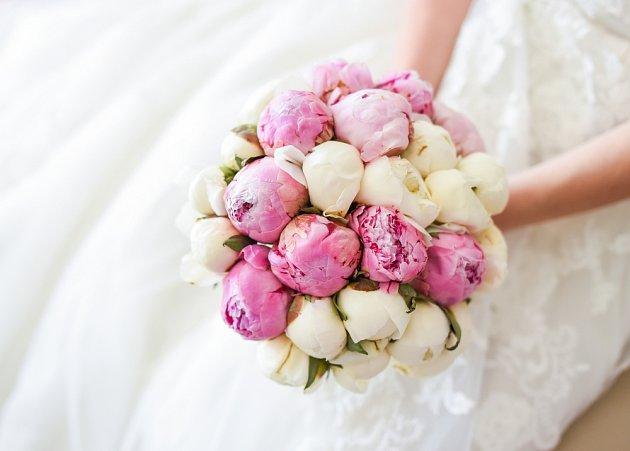 Svatební kytice ve tvaru koule.