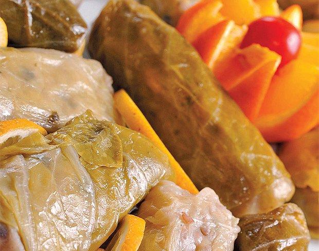 Sarma — mleté maso s rýží v zelných listech