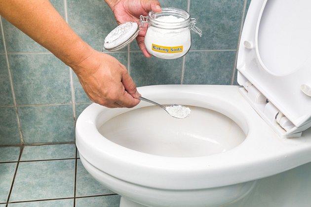 Jedlá soda dokáže odstranit nečistoty z toalety