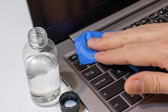 pravidelné čištění klávesnice sníží riziko nákazy