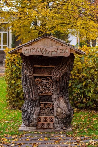 Tento přístřešek pro hmyz vznikl v kmeni starého stromu.