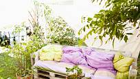 Zahradní lavičky z palet jsou dnes k vidění poměrně často.