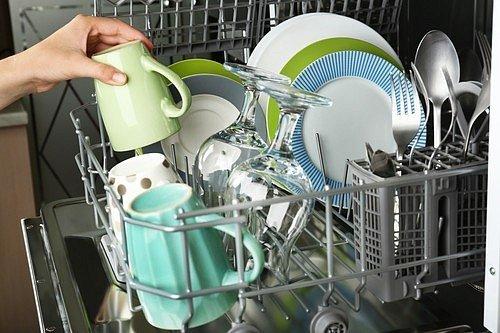 V žádném případě nenechávejte stát na lince nebo kdekoliv v kuchyni nedopité, ale ani prázdné sklenice, plechovky a láhve. Vždy je okamžitě vypláchněte nebo je dejte rovnou myčky.