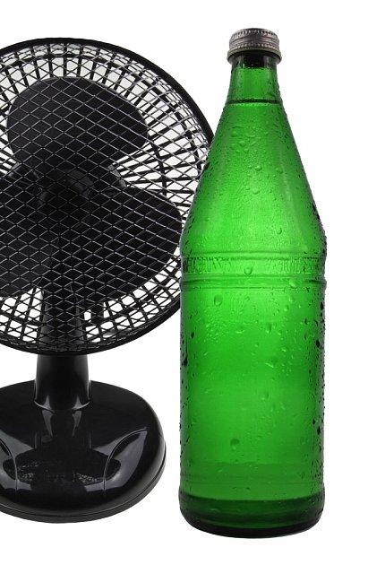 Domácí ochlazovač vzduchu z ventilátoru a PET lahví se zmrzlou vodou.