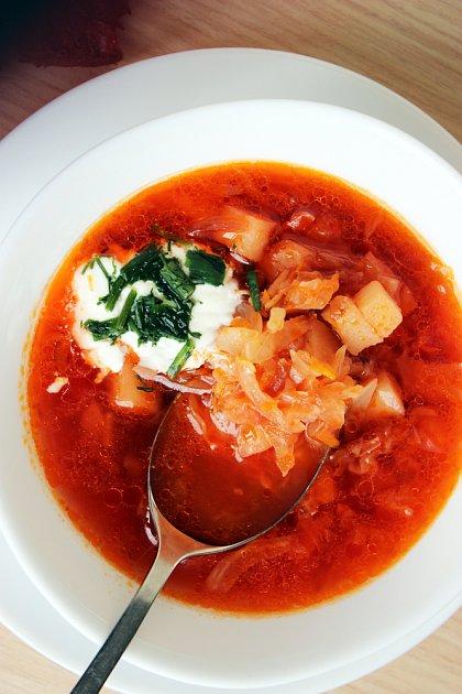Zelnou polévku můžete podávat i se zakysanou smetanou.