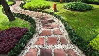 Cestu z kamenů doplňují drobnější kamínky.