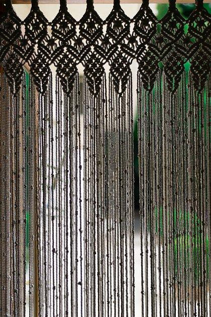 Macrame dekorace v podobě závěsu do dveří.