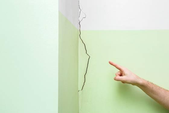 Praskliny ve zdi je před malováním nutné opravit