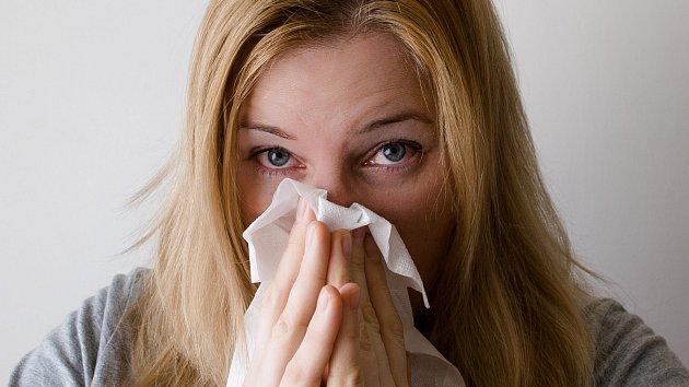K častým příznakům nachlazení patří rýma.