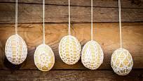 Háčkovaná velikonoční vajíčka z bílé příze.