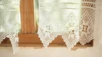 Zvýšenou péči bychom měli při praní věnovat háčkovaným záclonám.