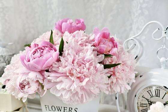 Ke stylu shabby chic patří i čerstvé květiny v jemných  barvách.