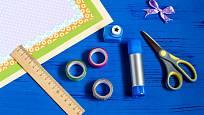 Na výrobu jmenovek se hodí washi pásky, ozdobné nůžky a děrovačky.