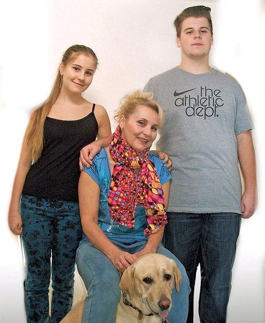 Veronika Gajerová s dětmi Kryštofem a Eliškou a labradorem Vanilkou