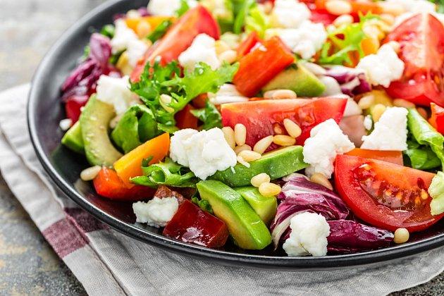 Do salátu přidejte klíčky a luštěniny
