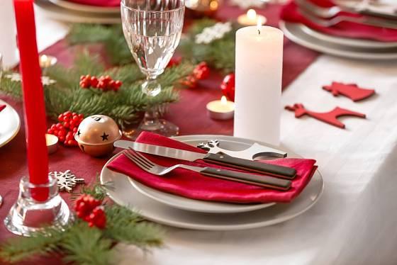 Uprostřed slavnostně prostřeného stolu oceníme také běhoun v červené barvě.