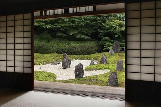 Zenová zahrada, pohled z buddhistického chrámu (Komyo-in, Kyoto))