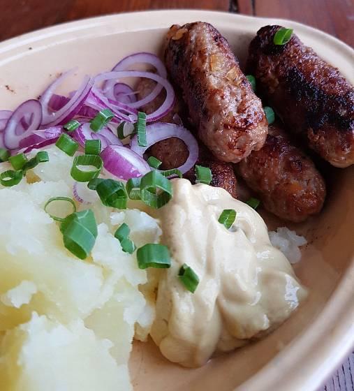 Tradičně se u nás čevapčiči podává s vařeným bramborem, cibulí a hořčicí.