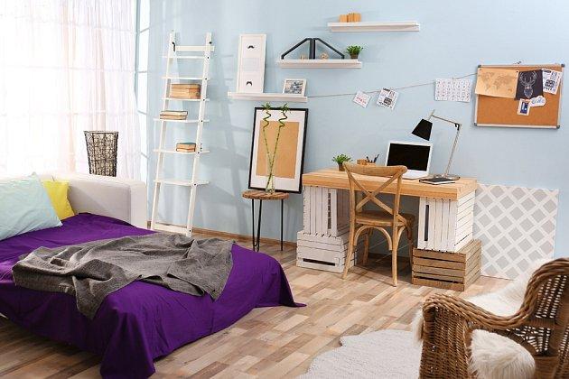 V tomhle pokojíčku našel nové využití i starší nábytek.