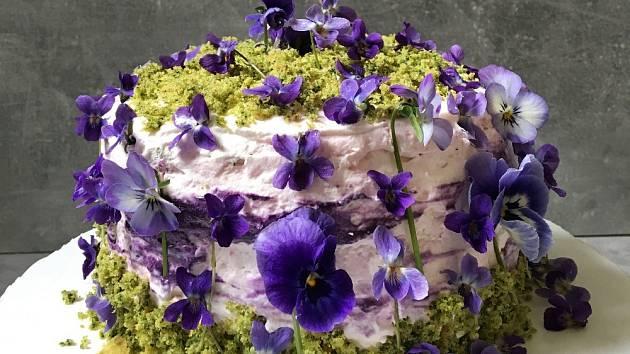 Mechový dort přizdobený květy macešek a fialek.