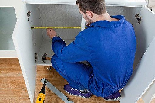 před tapetováním lepící folií je potřeba skříňky rozmontovat