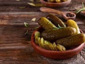 Okurky naložené ve slaném nálevu, které mají svou absolutně specifickou chuť.