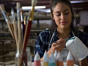 Malování na hrnky je i skvělá relaxace. A jejím výsledkem je pěkný dárek