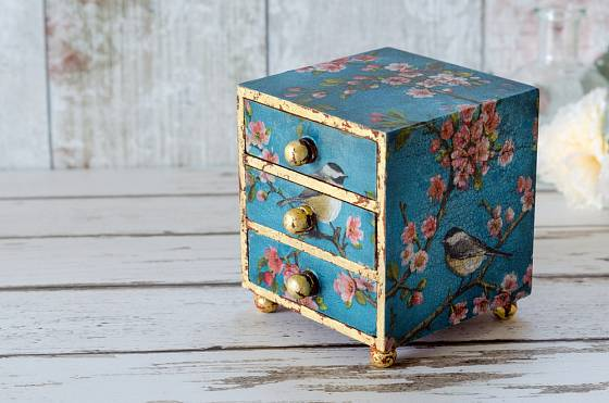 Pro uložení šperků se hodí kromě stojanů také různé krabičky a truhličky.