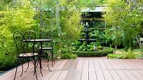 Do rozlehlejších členitých zahrad přijde vhod terasa oddělená od domu, která vytvoří intimní zátiší.