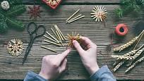 Výroba vánočních ozdob ze slámy.