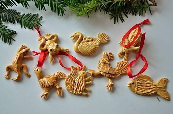 Hotové figurky z vizovického těsta můžeme zavěsit na stromek či větvičky.