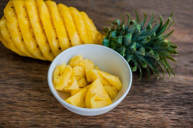 Správně naporcovat ananas není těžké