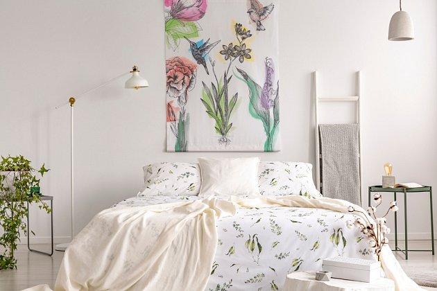 Ložní povlečení se vzorem svěže zelených rostlin je správným jarním prvkem v interiéru.