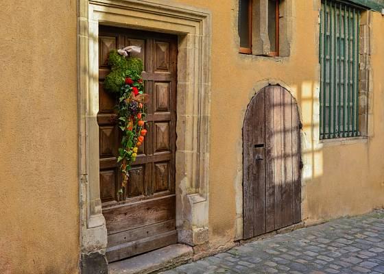 Dveře ozdobené dekorací z mochyně židovské.