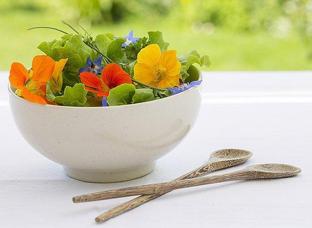 salát s jedlými květy