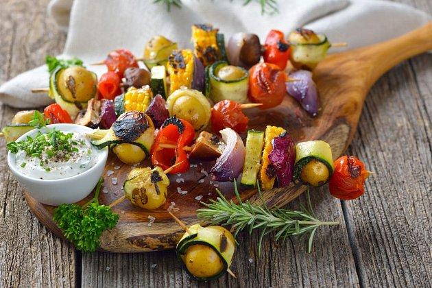 Pestrý zeleninový špíz a dip s bylinkami potěší nejen labužníky dbající na zdravý jídelníček
