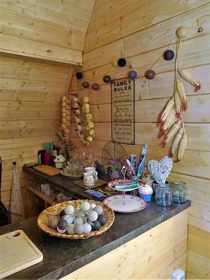 Návštěva na chalupě v Orlických horách: Také v podkroví mají mladí kuchyňský koutek