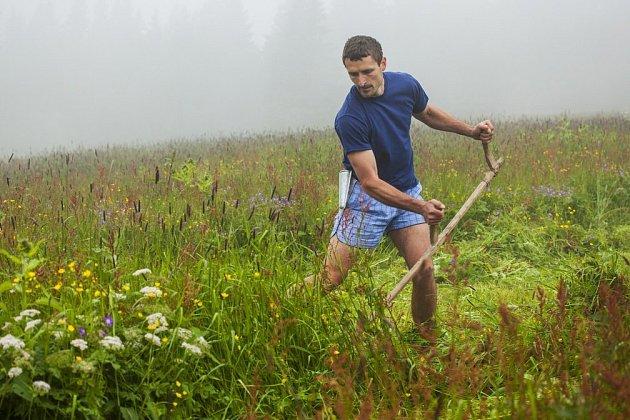 K aktivitám, které horským loukám pomáhají ožít, patří i soutěž Krkonošský sekáč.