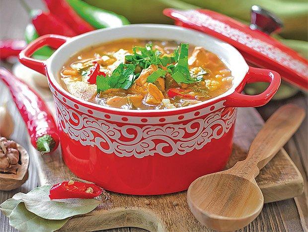 Drůbeží polévka se zeleninou a ořechy