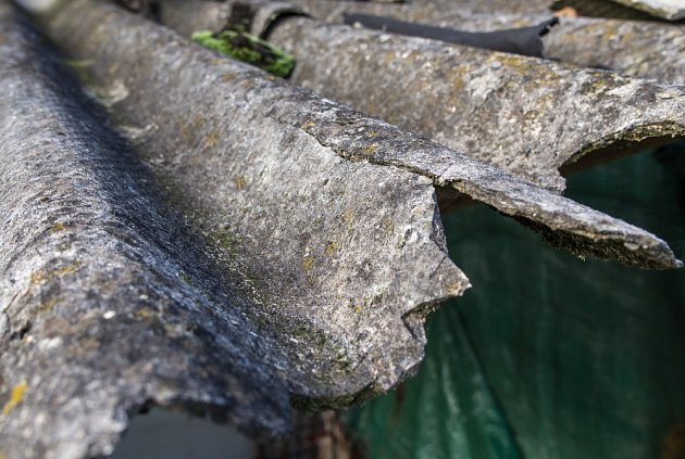 Při mechanickém poškození se uvolňuje prach s obsahem azbestu