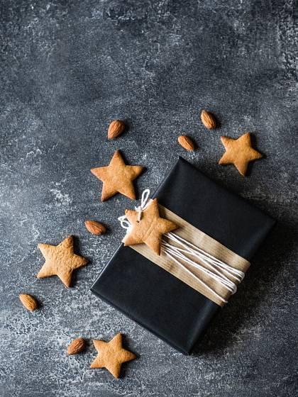 Originální jmenovky k vánočním dárkům vytvoříme z perníčků.