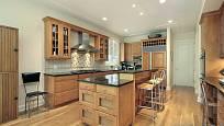 Kuchyně v předměstském domě s nábytkem z dubového dřeva.