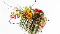 Kulatá konstrukce z přírodního materiálu ozvláštní každou vhodnou kytici, která by s ní měla barevně ladit.