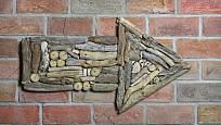 Z naplaveného dřeva můžeme poskládat různé tvary.