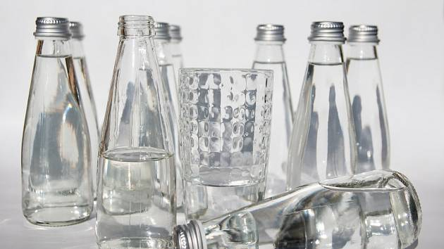 Perlivá voda je pitná voda uměle nasycená oxidem uhličitým, který vytváří ve vodě bubliny.