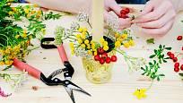 Květiny a větvičky dejte přímo do menší vázičky