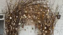 O něco náročnější dekorace z holých větviček zdobených baňkami.